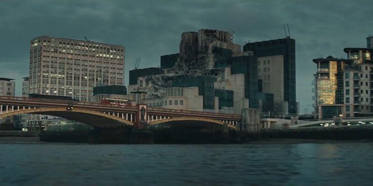 'Liever één straat in puin dan een heel voetbalstadion opgeblazen door terroristen' luidt een van de deviezen van 007. Beeld