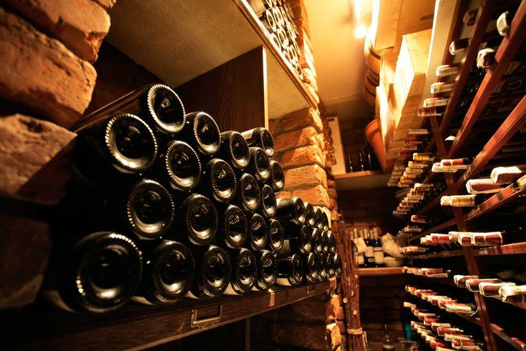 Hoe wijnflessen bewaard worden beïnvloedt onvermijdelijk ook de kwaliteit en houdbaarheid van de wijn. Een zorgvuldig uitgekozen bewaarplek is dus beslist geen overbodige luxe voor wijnliefhebbers. Wees gerust, ook met een klein budget kan je jouw wijn volgens de regels van de kunst bewaren.