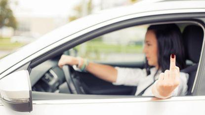 """""""Meneer moet niet pinken, zeker?"""": waarom we ons als furies gedragen in de auto"""