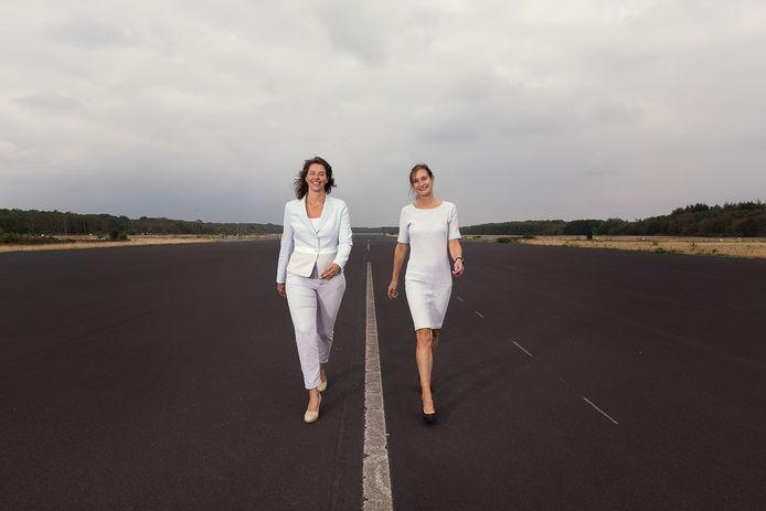 Martine van den Berg (l) en Carine van den Boom op de startbaan van voormalige vliegbasis Soesterberg:  ,,Wij geloven in het regelmatig organiseren van een time-out voor leiders.''