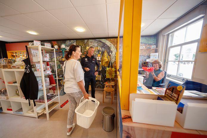 De Van Goghkerk en de Etten-Leur City Shop (foto) zijn alweer even open na de lockdown. Wel met de nodige maatregelen; zo kwamen er winkelmandjes om het maximaal aantal bezoekers in de city shop aan te geven.