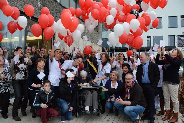 Aan rusthuis De Oever lieten vrienden en familie van Marie Minne gisteren 106 ballonnen op voor de oudste inwoner van Staden.