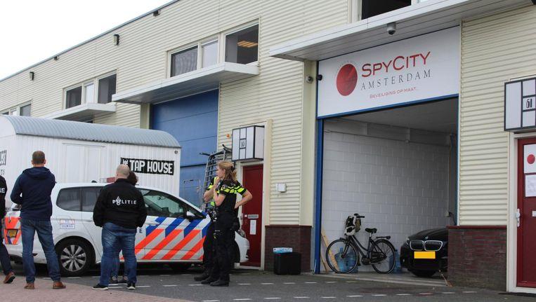 De politie doet onderzoek na de liquidatiepoging bij de spyshop. Beeld anp