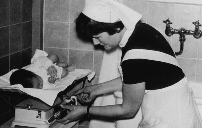 Alle moeders bleven na de bevalling standaard minstens tien dagen in de kraamkliniek, terwijl de baby's iedere dag gewogen werden.