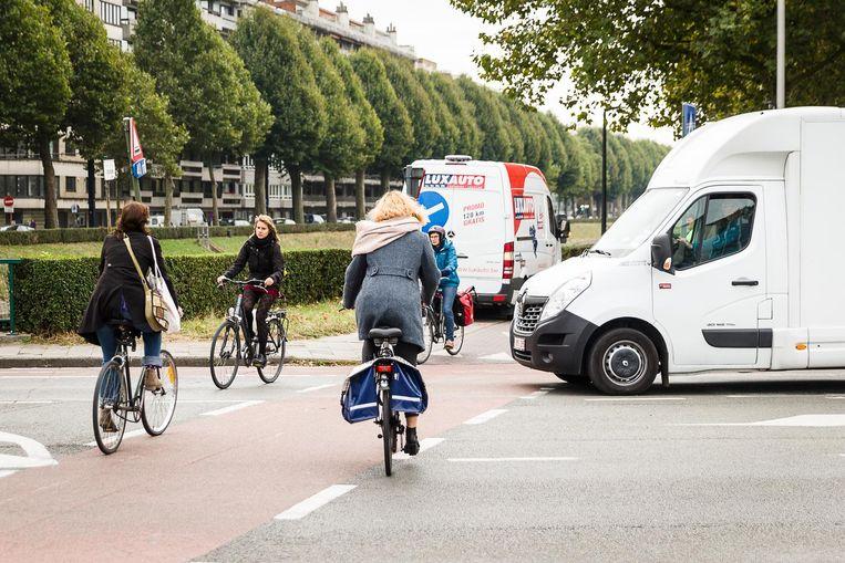 Op het kruispunt Coupure Links-Nieuwe Wandeling dwingen overstekende fietsers vlot hun voorrang af.