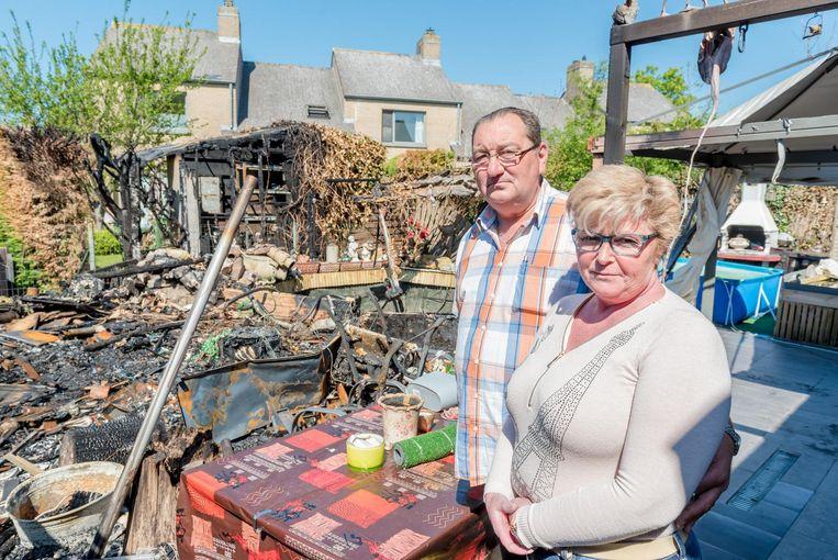 Jo en Claudia bij hun afgebrand tuinhuis in Nieuwpoort.