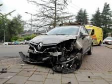 Automobilist onwel, flinke schade bij aanrijding in Arnhem