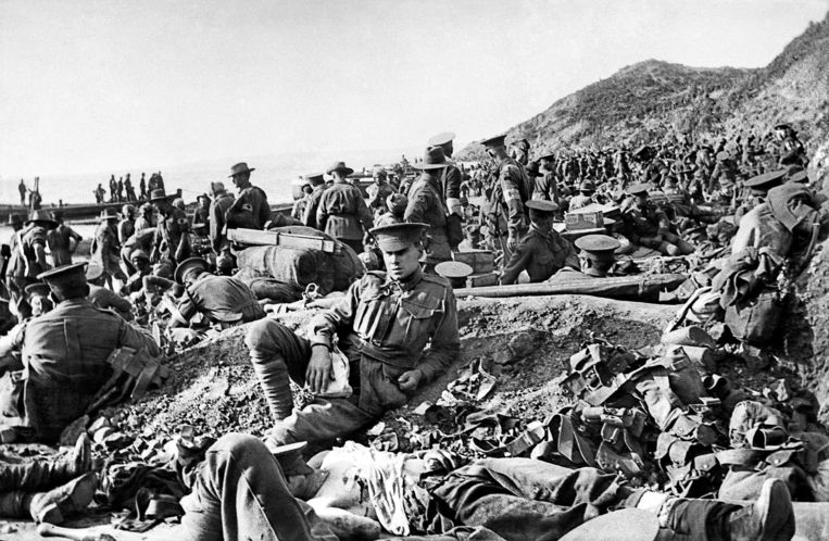 Australische soldaten, waarvan velen gewond en dood,  op de dag van de landing op het Turkse strand bij de slag om Gallipoli.  Beeld Fairfax Media via Getty Images