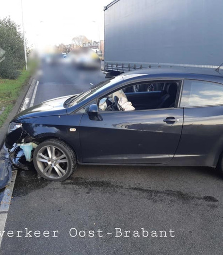 Man vlucht voor politie en rijdt daarbij auto kapot op Campinabrug in Eindhoven