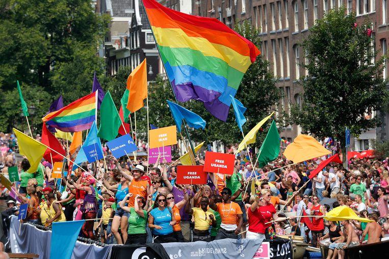 en boot met COC-leden vaart door de Prinsengracht tijdens de Canal Parade van de Gay Pride in 2014. Beeld anp