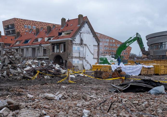 Veel huizen aan de Hogeweg en de Schuitvaartgracht - de buitenste ring van het Ravesteijnplein - aan de kant van de Combinatie gingen de afgelopen week tegen de vlakte.