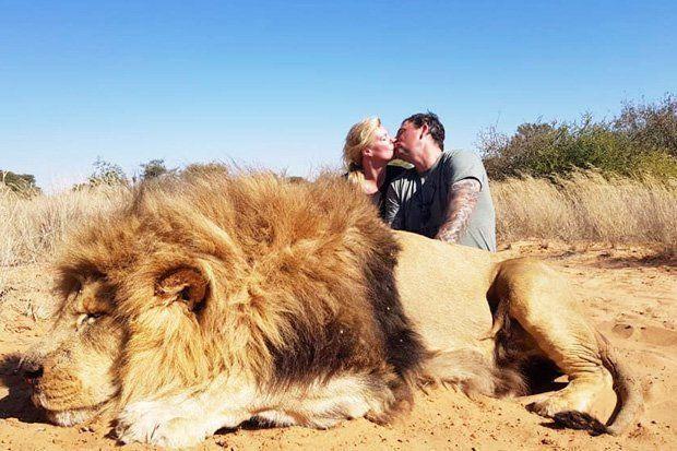 Darren en Carolyn Carter poseren bij de leeuw die ze hebben doodgeschoten.
