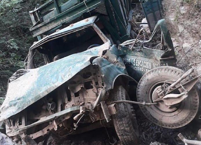 Een van de volledig verwoeste voertuigen  van de muzikanten.