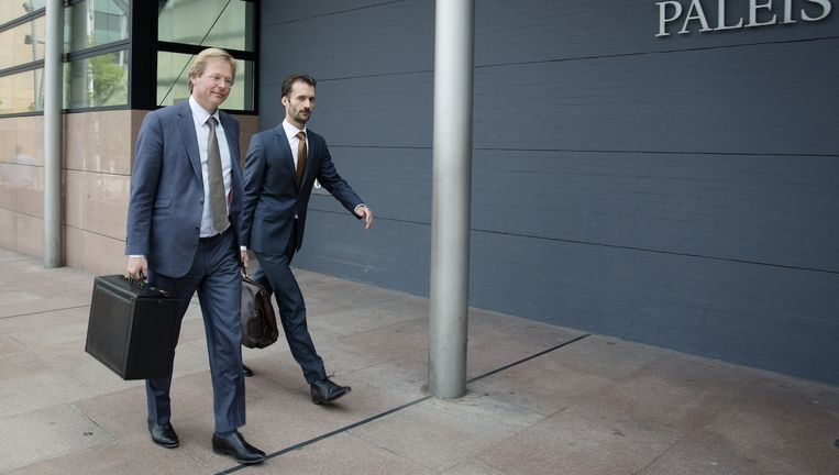 Advocaten Van Hardenbroek (l) en Diekstra arriveren bij de rechtbank waar zij namens de advocatuur eisen dat de geheime diensten stoppen met het afluisteren Beeld anp