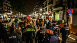 Politie veegt plein Knokke schoon. Wie zijn de Nederlandse jongeren die aan onze kust komen feesten?