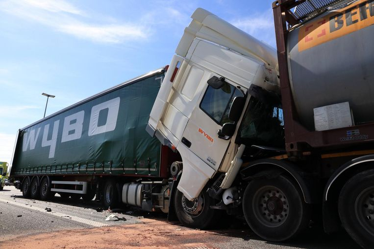 Eerder op de middag waren in Haasdonk ook al drie vrachtwagens op elkaar geknald.