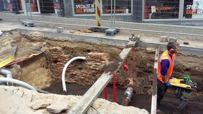 Het restant van de middeleeuwse keldermuur, zoals dat vandaag nog te zien was in de Stikke Hezelstraat