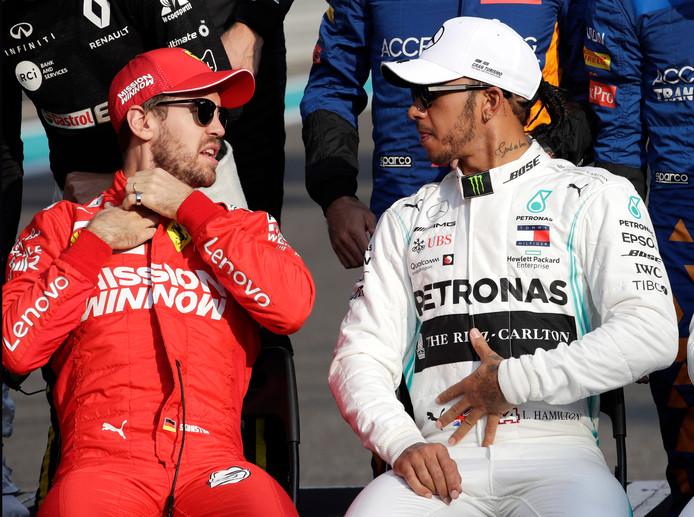 Lewis Hamilton in een onderonsje met Ferrari-coureur Sebastian Vettel.