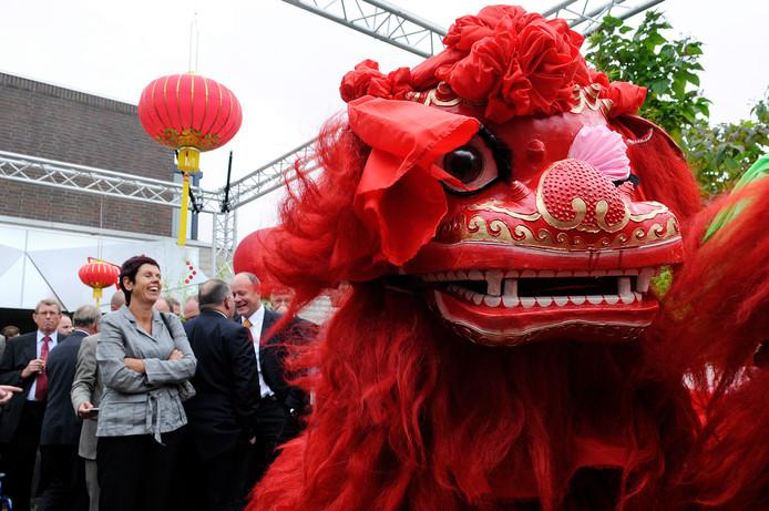 Met een drakendans werd in 2008 het 'China Yangzhou Business Office' bij de Kamer van Koophandel in Breda geopend. Links de toenmalige wethouder Marja Heerkens.