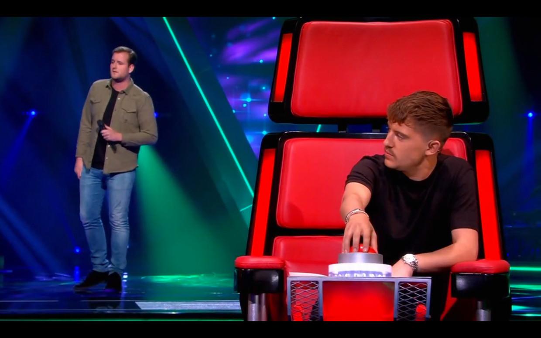 Lil' Kleine heeft weer als eerste de hand aan de knop als jurylid van 'The Voice of Holland'. Beeld