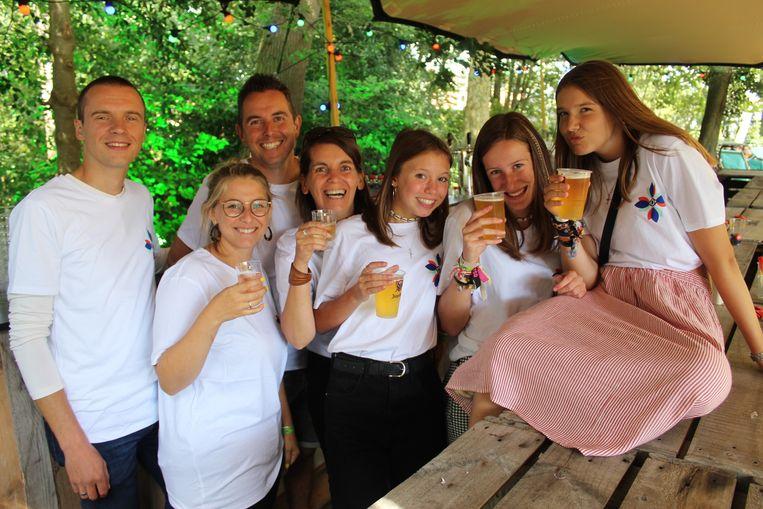 """Micheline Vens en haar vrienden werken als vrijwilligers: """"Maar het is wel de mooiste dag van onze zomer."""""""