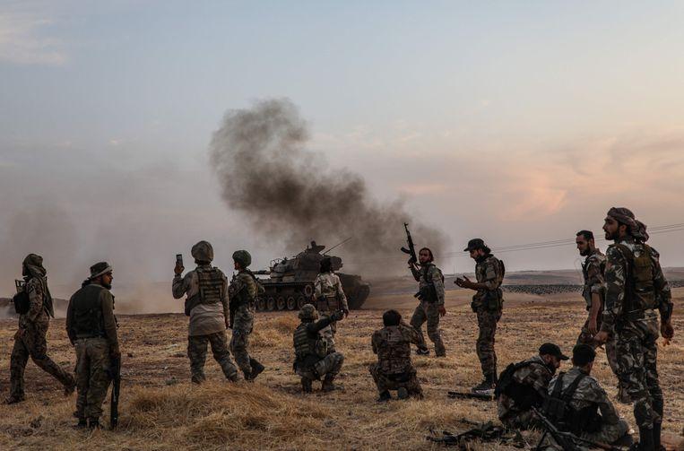 Turkse en Syrische strijders tijdens een aanval op Koerdische stellingen in het noordoosten van Syrië.
