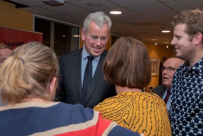 Maarten van de Donk neemt felicitaties in ontvangst na zijn benoeming eind oktober. Op 18 december zou hij geïnstalleerd worden als burgemeester van Hilvarenbeek.