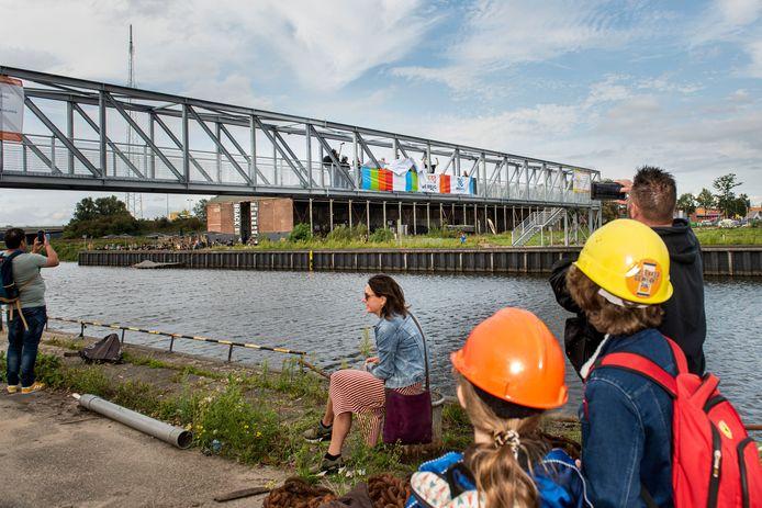 De loopbrug over de Belcrumhaven in Breda tijdens de opening.