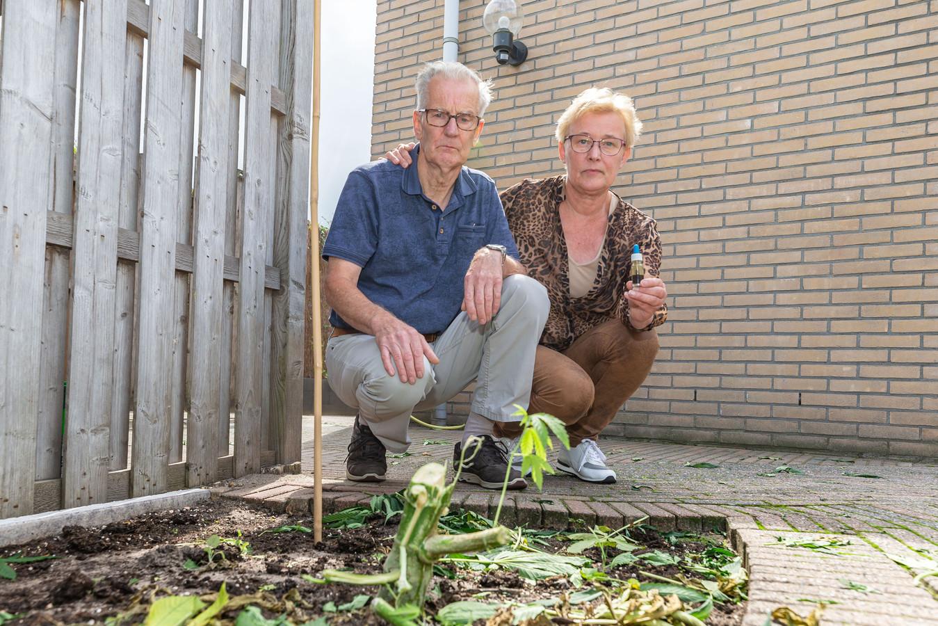Jan en Jannie van Raalte zonder wietplanten in hun tuin, de politie haalde de planten weg terwijl het echtpaar niet thuis was.