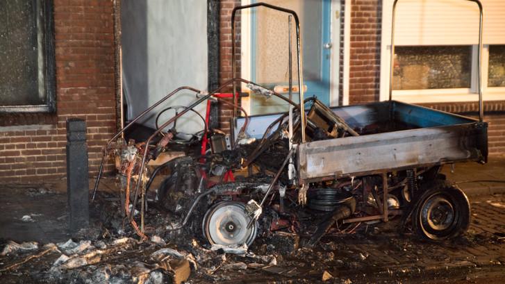 45-km autootje verzwolgen door vlammen in Tilburg, bewoners uit woning gehaald