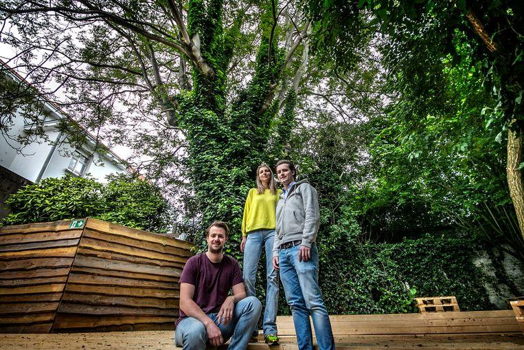 Robbert Vandaele, Marie Seynaeve en medewerker Tanguy Desschans in de oudste stadstuin van Kortrijk.