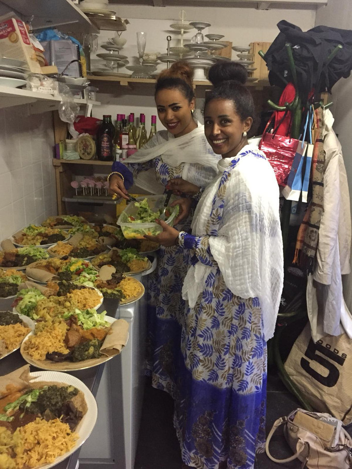 Koks Luwam Tesfay en Tsega Fsahation staans traks in de keuken van het Huis van Asmara