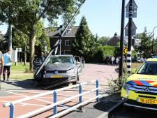 Auto schiet van de weg en knalt op verkeerspaal bij Prins Hendrikbrug