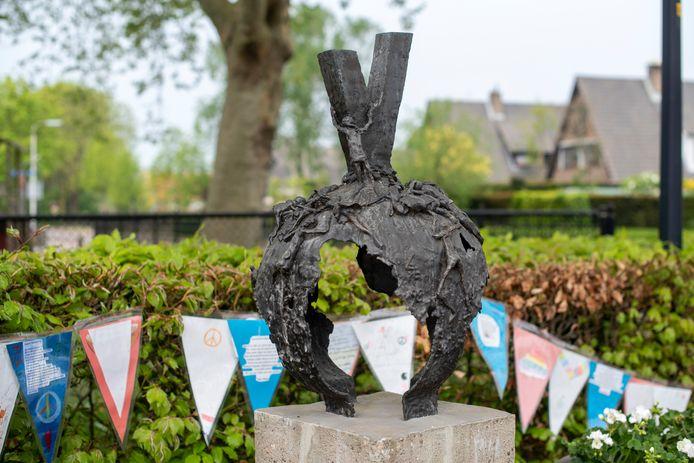 """De V van vrede en van vrijheid van Gé Berns op het Vredesplein in Oosterhout.  ,,Ik heb geprobeerd andere monumenten te ontwerpen dan de traditionele."""""""