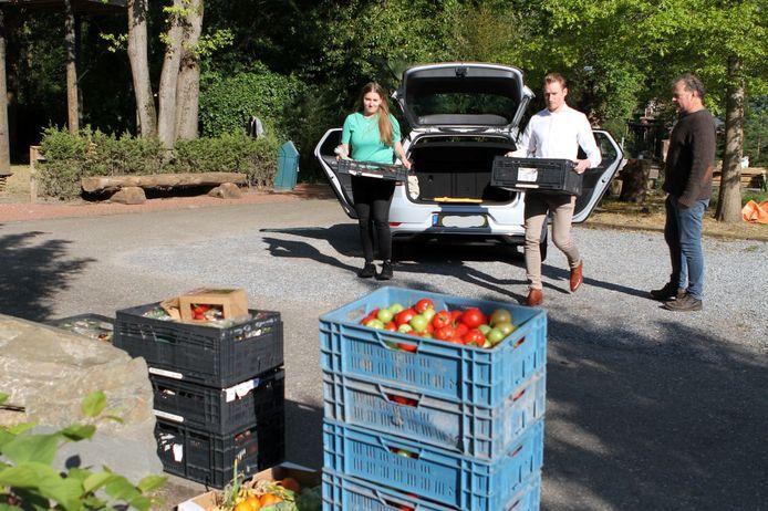 Het fruit voor de dieren wordt afgeleverd bij ZOO Veldhoven.