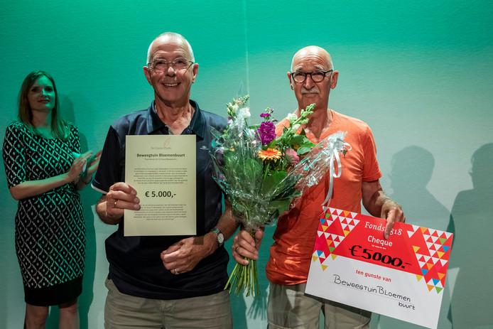Paul Broer (r) is de grote winnaar van de Glazen Pluim met Beweegtuin Bloemenbuurt.