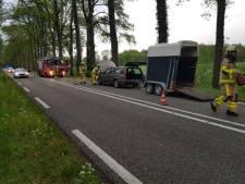 Auto met paardentrailer kan niet meer verder rijden door probleem met koelvloeistof