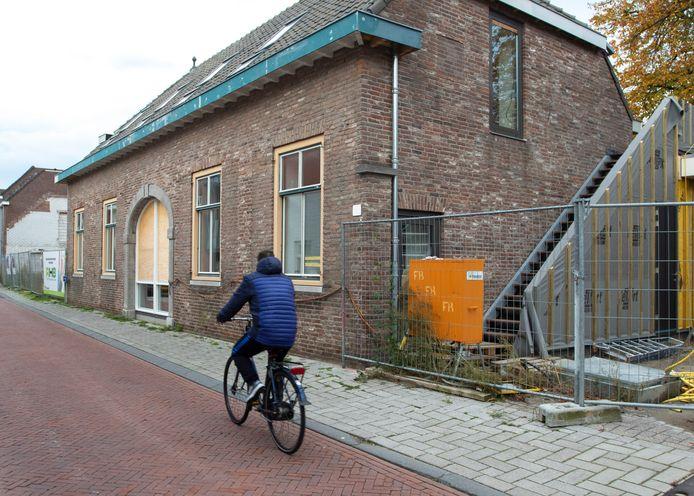 Het gebouw aan de Nieuwstraat dat wordt verbouwd tot maatschappelijk restaurant. Rechts een nieuwe trap die leidt naar de logeerkamers op de verdieping.