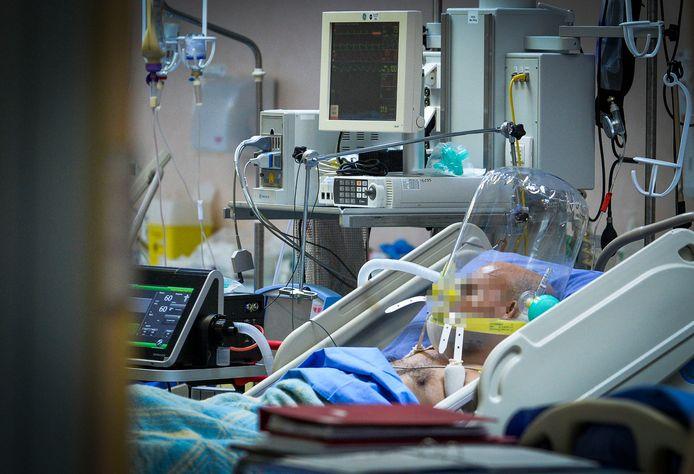 Un homme atteint du coronavirus est soigné dans un hôpital de Milan, en Italie, le 29 mars 2020.