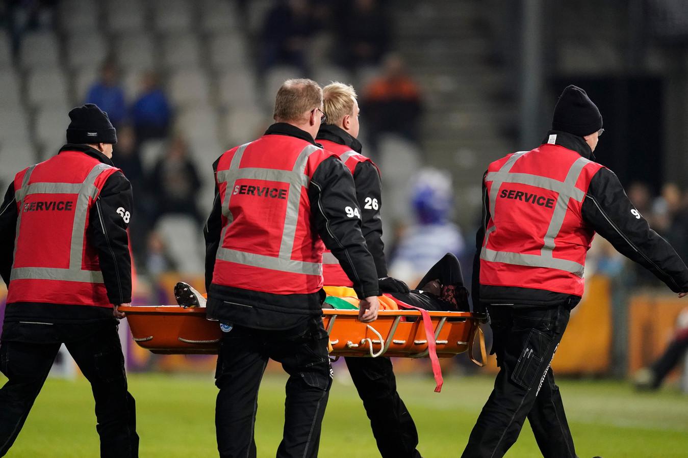 Claudio Gomes van Jong PSV wordt per brancard van het veld gehaald.