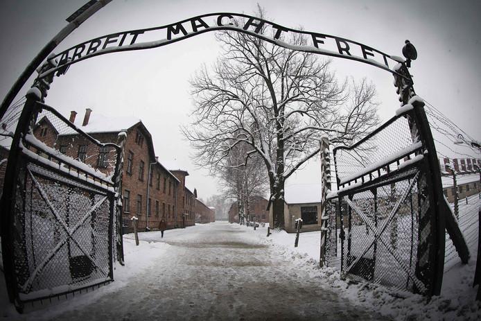 De ingang van het voormalig concentratiekamp in Polen.