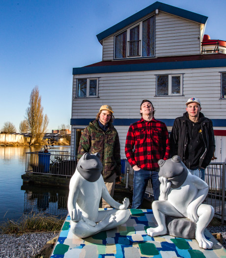 Vrienden redden man (70) uit water in Deventer