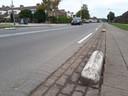 Deze betonnen 'varkensruggen' verdwijnen. Er komt een echte berm tussen de fietspaden en de rijbaan.