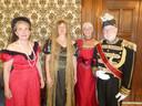 Nahnya baron van Voorst tot Voorst (Eetiquette) en Cisca Philipse (kunstzinnig therapeut) geven etiquetteles, ook aan Marianne en Daan Gouwetor. De arm strak langs de broeknaad!