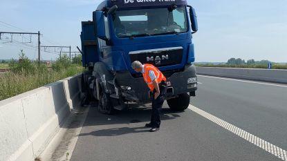 Trucker komt met de schrik vrij na klapband in het midden van A11