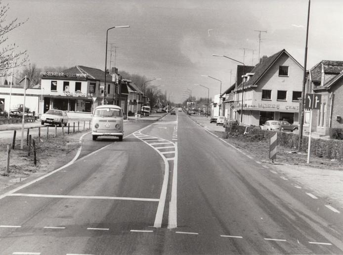 Het kruispunt Lensheuvel met de provinciale weg in 1977.