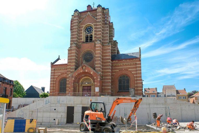 Door de werken aan het Gemeenteplein zouden er scheuren ontstaan zijn in de kerk.