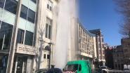 Waterlek zorgt voor metershoge fontein in centrum Brussel