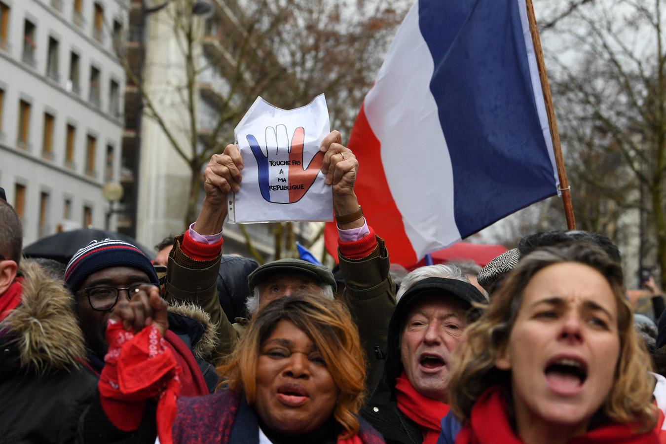 Rode sjaaltjes demonstreerden in Parijs tegen de gele hesjes.