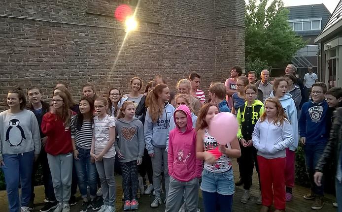 29 jongeren tussen de 11 en 17 jaar kropen in een hut van fietsdozen in de tuin van de Hervormde Kerk in Zevenbergen